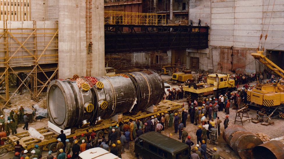 1981 július. A II-es számú reaktor érkezése. Az újabb reaktor 1984. szeptember 6-án lépett működésbe. Nem állt le a bővítés a csernobili atombaleset után sem. A tragédia után fél évvel, 1986 szeptember 28-án indult meg a III-as, alig egy évre rá a IV-es reaktor.