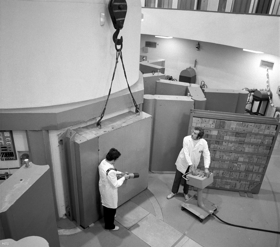 Paks, 1976. február 4. A Budapesti Műszaki Egyetem Tanreaktorának munkatársai a különféle betonfajták sugárvédő tulajdonságait ellenőrzik, hogy kiválasszák a Paksi Atomerőmű reaktortömb építésére alkalmas típust. Az erőműben alkalmazott nehézbeton térfogatsúlya kétszerese a hagyományos betonnak.