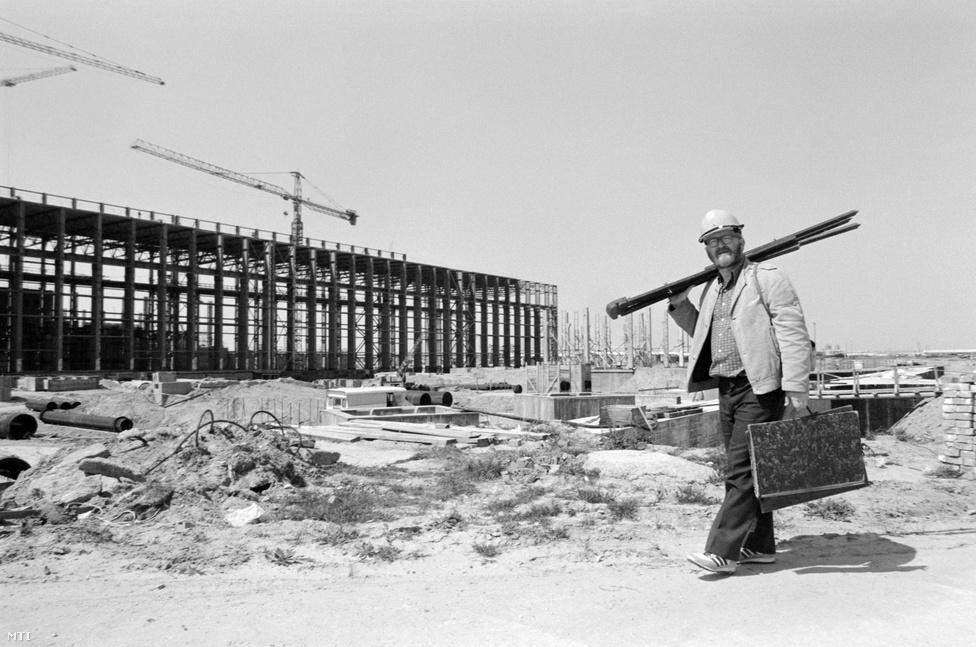 Nagy Előd festőművész a Paksi Atomerőmű építkezésén helyszínt keres az alkotáshoz. A művész Szabó Benjámin kormánybiztos meghívására 1979 őszétől festményein követte végig az erőmű építésének fázisait. 1981-től szerződés is köti az erőműhöz. Sorozata a Paksi Atomerőmű Üzemtörténeti Gyűjteményének csarnokában látható, érmeket is készített e témában.