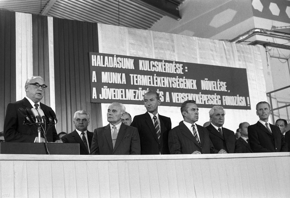 1983. november 3. Alekszej Antonov szovjet miniszterelnök-helyettes beszél a Paksi Atomerőmű I-blokkjának avatásán, Lázár György kormányfő és több KGST-ország képviselőjének társaságában. Az erőmű azonban már hónapok óta működött: a hálózati szinkronizálás már 1982. december 28-án megtörtént, az üzemkezdet pedig 1983. augusztus 10-re esett.