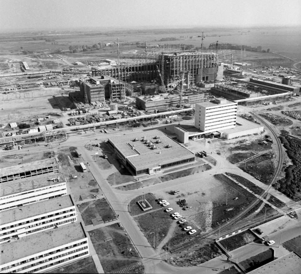 1979. október.                         Az épülő  atomerőmű Pakson. A VVER-440-es reaktorokat eredetileg 500 megawatt teljesítményűre tervezték, ám végül megfelelő turbina hiánya miatt maradtak a 440-es verziónál, két 220 megawattos gőzturbina alkalmazásával. (Később azonban lehetővé vált a meglévő reaktorok teljesítményének növelése 500 megawattig.) A paksi erőmű területét úgy alakították ki, hogy lehetőség legyen az erőmű bővítésére. Nem csak a már ekkor tervben lévő, később meg is valósított III-as és IV-es reaktornak volt helye, de az azóta is csupán tervben lévő két újabb reaktornak is.