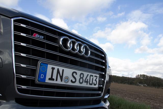 Jellemző a német hozzáállásra, hogy a rendszámrögzítő csavarokhoz van a rendszám szélével megegyező színű sapka