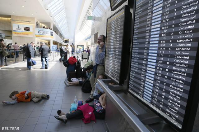 A leállított járatok utasai pihennek a földön
