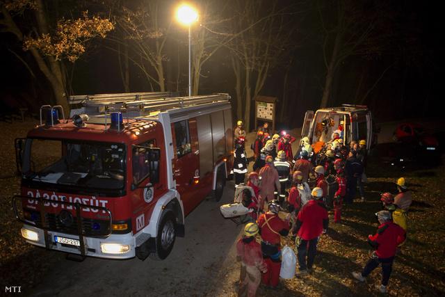 A Magyar Barlangi Mentőszolgálat által közreadott képen a mentők kórházba viszik a késő este kimentett, balesetet szenvedett turistát a Rám-szakadéknál 2013. november 1-jén.