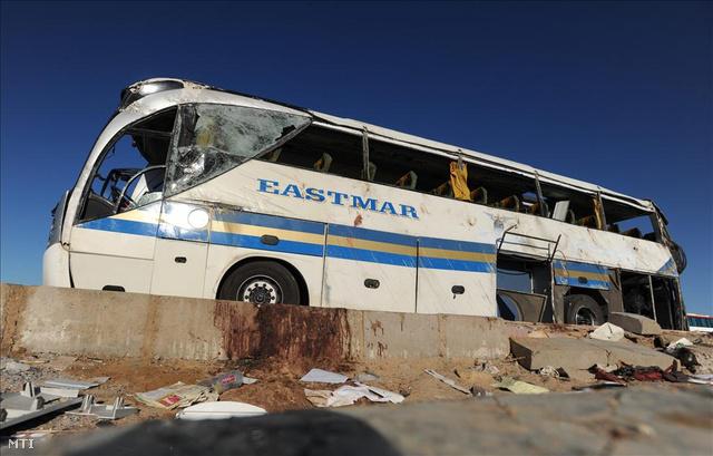 A magyar turistákat szállító autóbusz a baleset helyszínén, 2011-ben