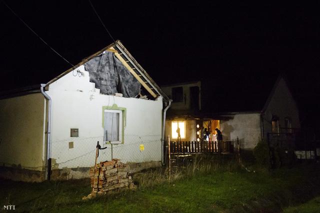 Egy megrongálódott ház Nógrád-megyében
