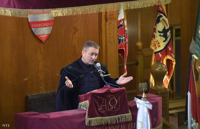 Ifj. Hegedűs Loránt református lelkész beszél Horthy Miklós kormányzó mellszobrának leleplezése előtt a Szabadság téri Hazatérés templomában