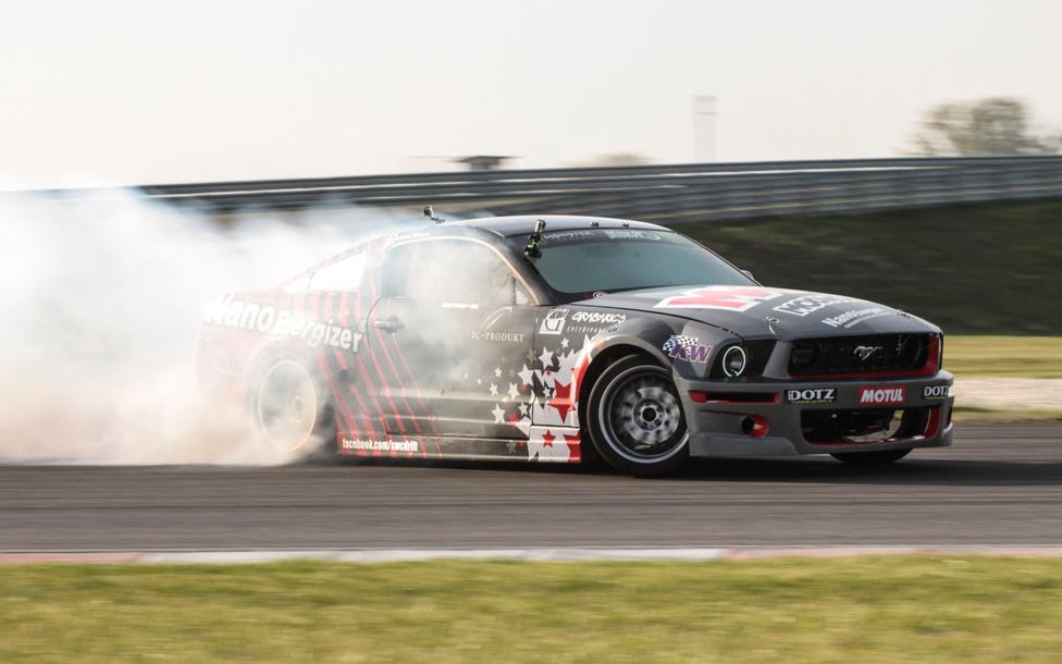 A drift őshazája Japán, de a nyomatékkal telített V8 könnyű mámort ígér nézőnek, s versenyzőnek egyaránt