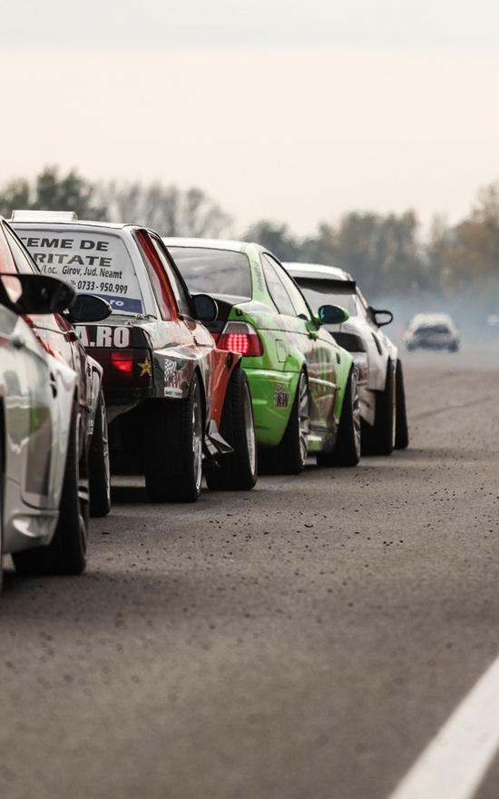 Gumipernyével borított aszfalton várakoznak türelmesen, a mindenre elszánt autóversenyzők