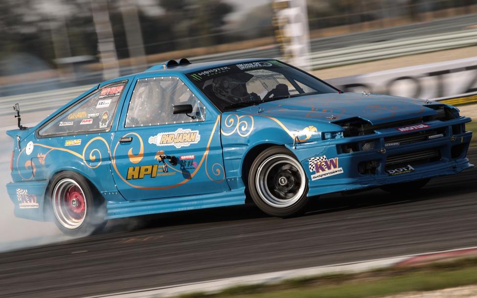 A hétvége egyik legkellemesebb meglepetése az osztrák Klemens Kauderer AE86-os Toyota Corollája volt. Nem sokat vacakoltak, így hagyományőrző japántisztelőként egy gyári, turbóval ellátott SR20-as Nissan motort választottak az autóhoz