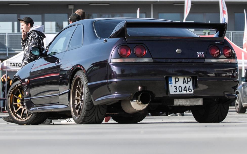 A parkolóban kuksoló Nissan Skyline GT33-as óvatos bujkálása mindössze néhány percig tartott, mígnem valaki felfedezte. A gyönyörű autó körül minimum tíz ember téblábolt állandó jelleggel. Tény, ritkán láthatunk ilyen csodát