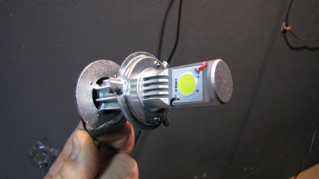 """Így néz ki a H4 foglalatba illeszthető LED-es """"izzó"""""""