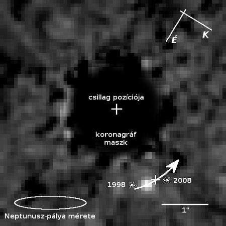 A HR 8799 csillag környezetének a HST NICMOS műszerével 1998-ban készített képe. A csillag fényes korongja ki van takarva a koronagráf maszkjával. Az új eljárás eredményeként a csillagtól északkeletre előtűnt a b jelű kísérő. A képen kis kereszt jelzi a bolygó 2008-as helyzetét, illetve nyíl a pályaívét. [NASA, ESA, D. Lafreniere (University of Toronto, Canada)]