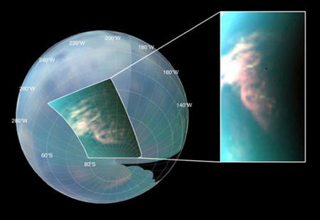 Ezen az infravörös képen jól látszik egy, a Titan déli pólusa közelében lévő, kiterjedt felhőrendszer (NASA/JPL/University of Arizona/University of Nantes)