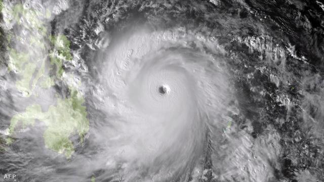 Megérkezett az év legerősebb tájfunja a Fülöp-szigetekre. A Haiyan néven emlegetett tájfun elsőként az ország középső szigeteit (főként Leyte és Samar szigetét) érte el, ahonnan már több mint százezer embert kiköltöztettek az esetleges katasztrófa elkerülése érdekében.