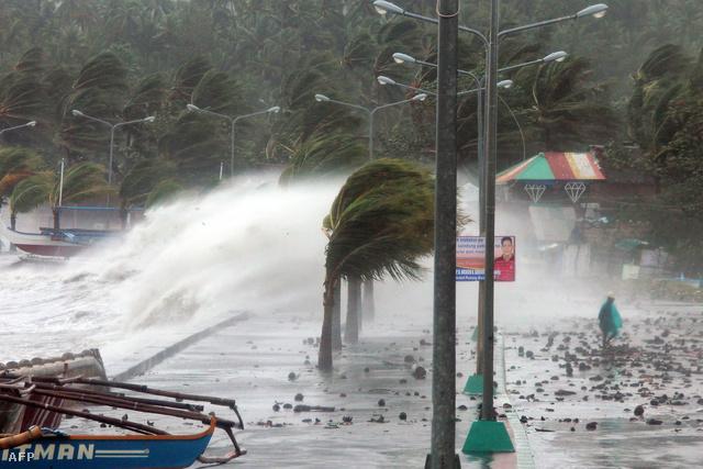 A Fülöp-szigetek gyakran szenved hasonló természeti csapástól, évente átlagosan húsz tájfun pusztít rajta. A Haiyan a prognózisok szerint a világ leghevesebb tájfunja az idén. A Haiyan a várakozások szerint szombatig sújtja a Fülöp-szigetek térségét, majd továbbhalad Vietnam felé.