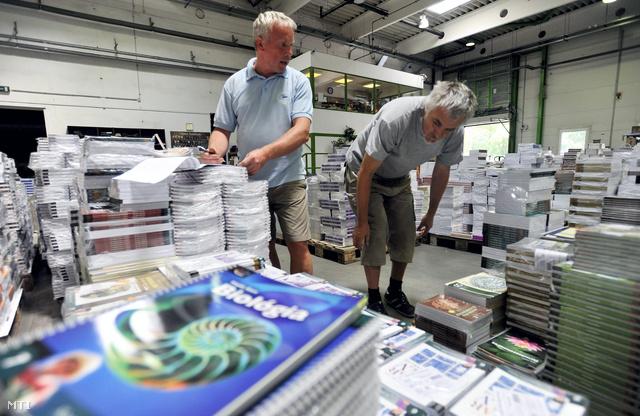 A Nemzedékek Tudása Tankönyvkiadó X. kerületi Kozma utcai raktárában dolgozók könyveket válogatnak 2013 augusztusában.