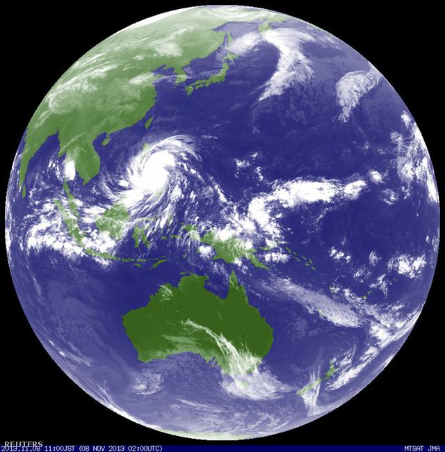 A Japán Meteorológiai Ügynökség műholdképe a Fülöp-szigetek partjait elérő Haiyan tájfunról.