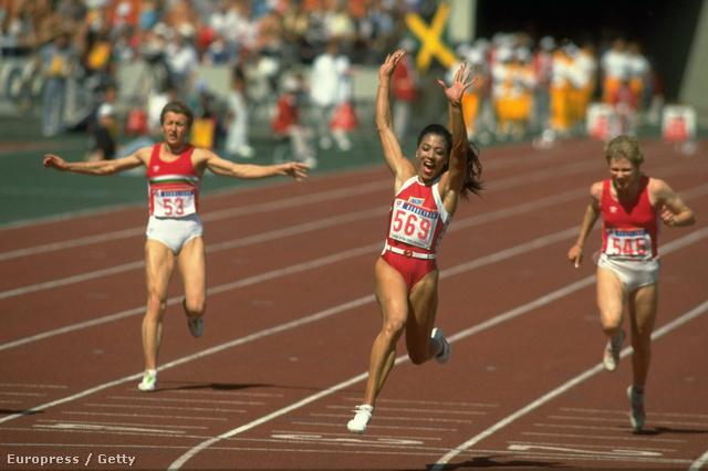 Florence Griffith-Joyner (569) a szöuli Olimpia 100 méteres döntőjét nyeri éppen