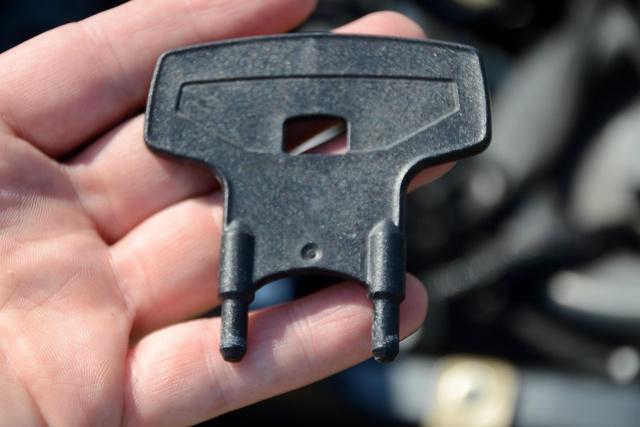 ...ezért adják a motorhoz a kis izét, amivel könnyebb. Egyébként az ülés alatt van elrejtve