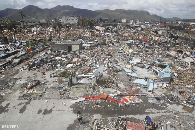 A tájfun házak tömegét döntötte romba, és súlyos károkat okozott a 220 ezer lakosú Tacloban kikötővárosban, az ottani tengerparti repülőteret elárasztották a heves szél által felkorbácsolt, két emelet magas hullámok.