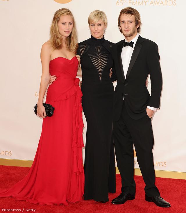 Dylan Penn (balra), az anyja, Robin Wright (középen) és a testvére, Hopper Penn (jobbra)