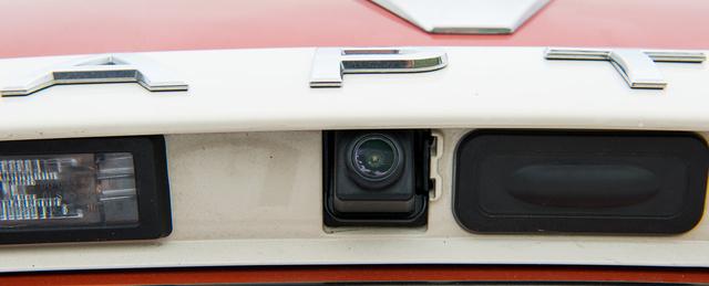 Tolatókamera a csomagtartónyitó mellett