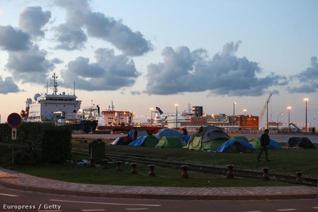 Menekültek sátrai Calais-ban