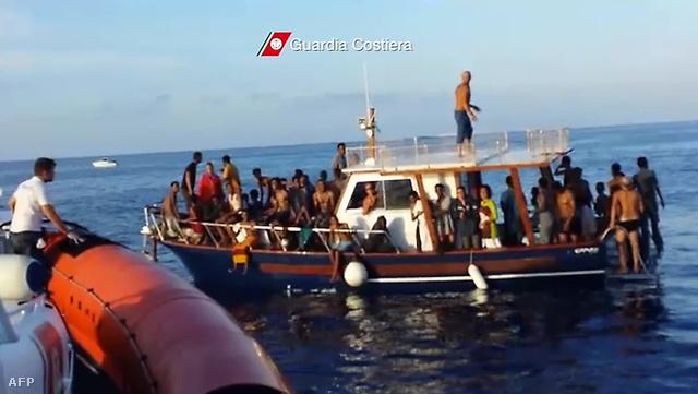 Menekültek Lampedusa kikötőjében