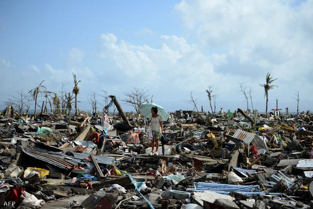 Hétfő reggel már a tűző nap miatt kellett esernyőt tartania a Fülöp-Szigeten végigszántó vihar túlélőinek. A hétvégén lecsapott Haiyan-szupertájfunnak több mint tízezer halálos áldozata lehet.