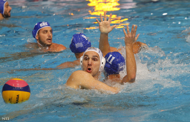 Szívós Márton (j2) és a görög Gounas Alexandros Evgenios (j) a medencében