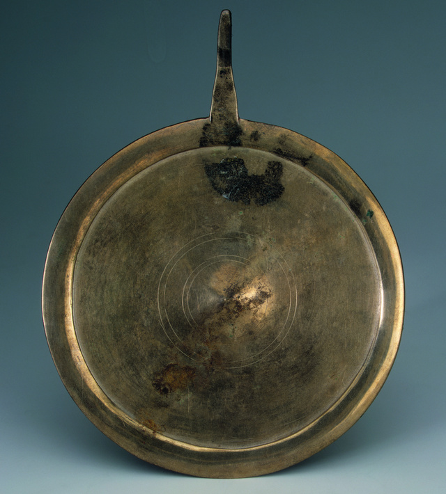 A szibériai Tyumenyben talált bronztükör, amely talán                         hasonló funkciót töltött be, mint orenburgi párja. Az ilyen típusú                         tárgyakat gyakran a sámántevékenységhez kötik a kutatók.