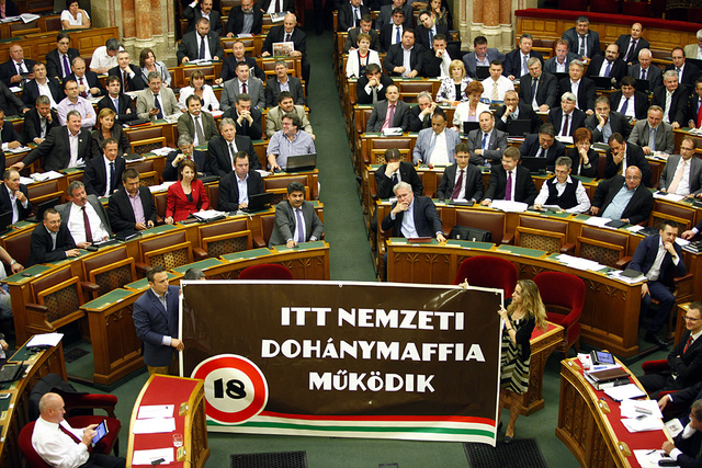 Dorosz Dávid és Szabó Rebeka egy transzparenst tart a Dohányzással összefüggő egyes törvények módosításáról szóló törvényjavaslat zárószavazásakor az Országgyűlés plenáris ülésén 2013. május 21-én.