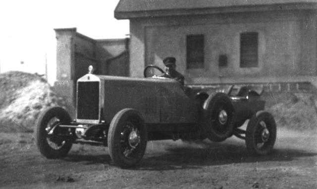 Az első hathengeres alváz a MÁG gyár udvarán, 1926 őszén. A próbaúton az irodákból lehozott karosszékekben ültek az újságírók.                          A hűtő elôtt látható keresztmerevítőt                          a sorozatgyártásban elhagyták                         (Fotó: Collection Burányi)