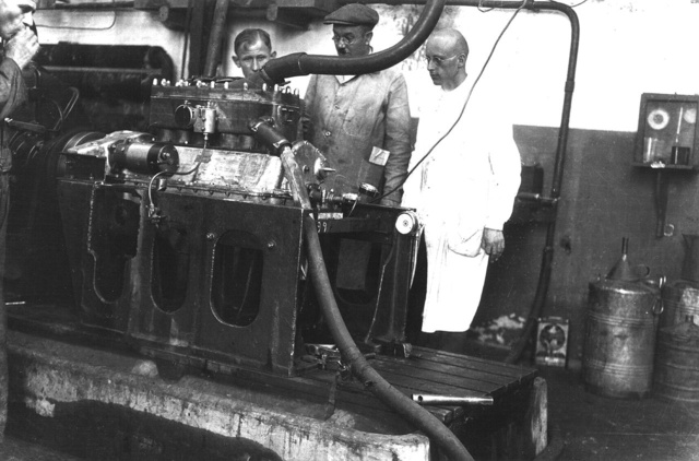 Az első hathengeres motor a fékpadon 1926-ban. Jobbra, fehér köpenyben egy német mérnök,                          akit a motor fejlesztésére szerződtettek (Fotó: Collection Burányi)