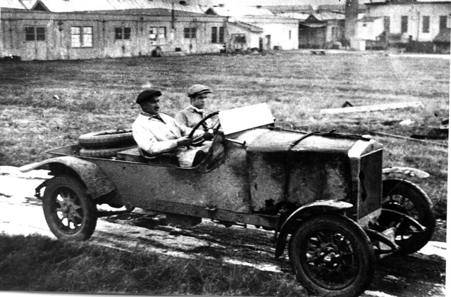 Az új alvázakat és motorokat a MÁG gyár udvarán próbálták ki,                          majd Mátyásföld és Gödöllő között folyt a járatás próbarendszámmal.                          A kormánynál Schlederer József (Fotó: Collection Burányi)