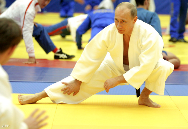 Vlagyimir Putyin itt éppen dzsúdóhoz melegít be egy 2010-ben készült képen