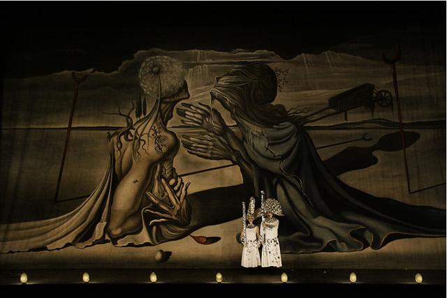 Finzi Pasca Társulat, La Verita. A háttérben Salvador Dali képe, amelyet az Őrült Trisztán című baletthez festett.