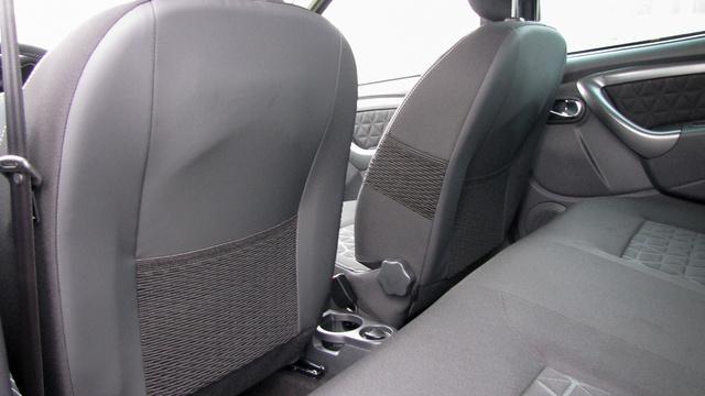 Az ülések háttámláján hátul és oldalt is hálós zsebek vannak