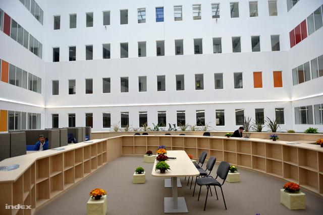 A konferenciaterem felett közösségi tér van, olvasóteremmel. Körben irodák és laborok.