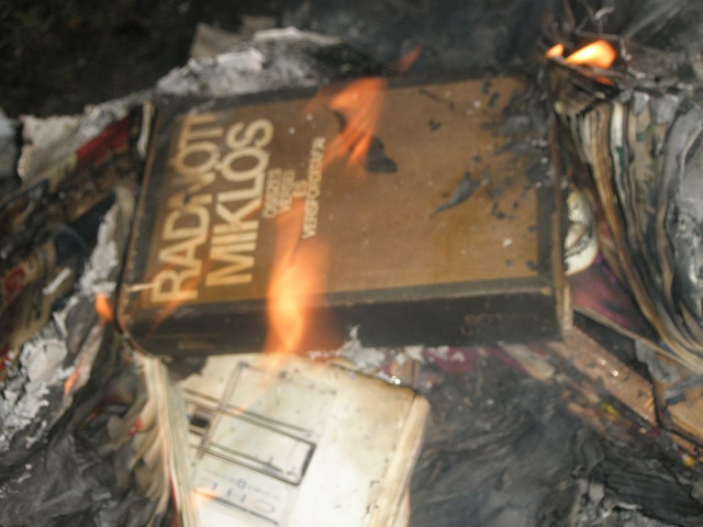 Radnóti kötetét is elégették