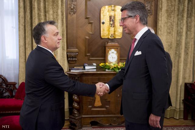 Orbán Viktor miniszterelnök és a magyarországi látogatáson tartózkodó Ulrich Grillo a német iparszövetség elnöke kezet fog a Parlamentben 2013. november 8-án.