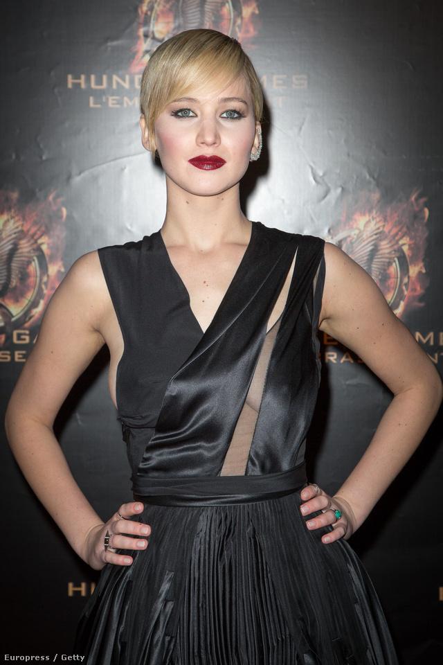 Jennifer Lawrence rájött, hogy kell ebben a ruhában pózolni: nincs mit tenni, feszíteni kell.