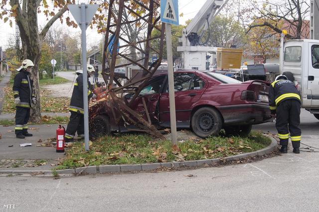 Tűzoltók dolgoznak egy villanyoszlopnak ütközött személyautó műszaki mentésén Csongrádon a Fő és a Vég utca kereszteződésében 2013. november 16-án. A balesetben senki sem sérült meg
