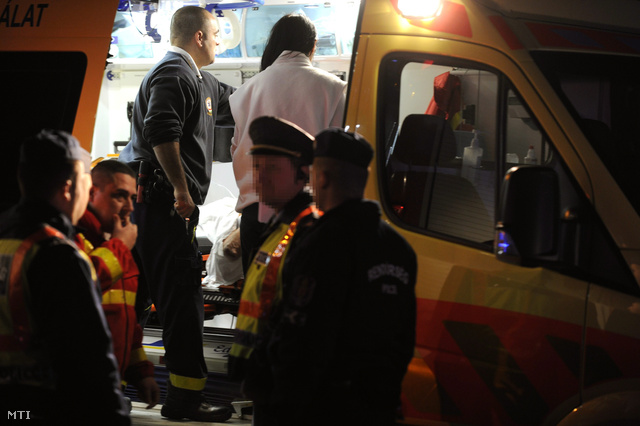 Mentők látnak el egy kigyulladt személyautóban súlyos égési sérüléseket szenvedett embert a XX. kerületi János utcában 2013. november 16-án.
