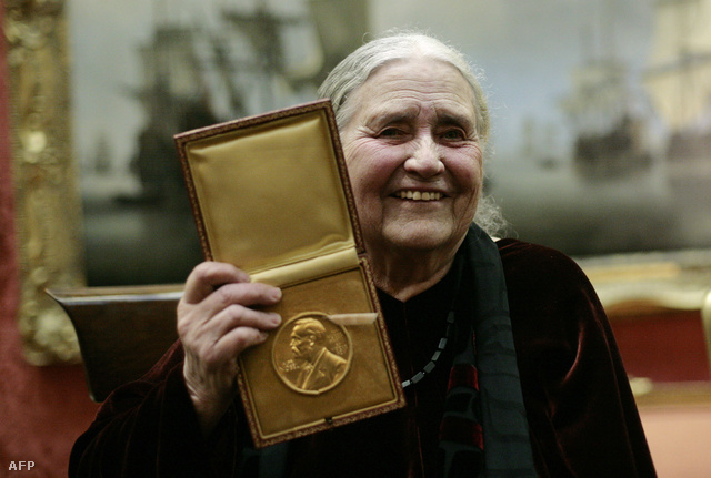 Doris Lessing 2008. jan. 30-án, a Nobel-díjjal