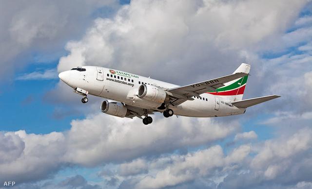 A Tatarstan légitársaság egyik Boeing 737-as gépe felszállás közben az oroszországi Kazany reptere fölött.