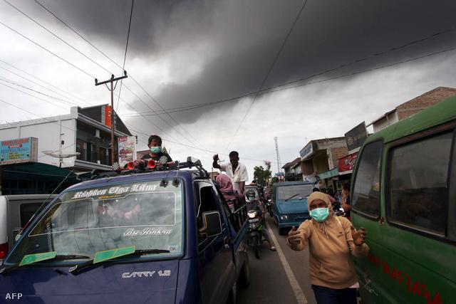 A közel egy évszázadig szunnyadó Sinabung 2010 augusztusában mutatott először aktivitást, akkor tizenkétezer embert kellett evakuálni.