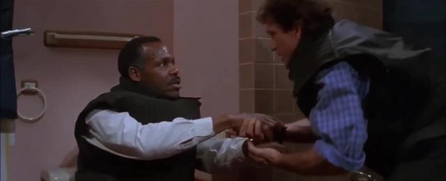 A Halálos Fegyver emlékezetes wc-jelenete
