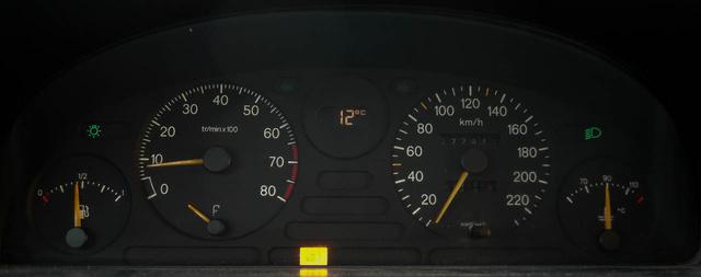 Csak egy sárga lámpa világított, és az üzemanyagszintmérő szinte mindegyikben rossz